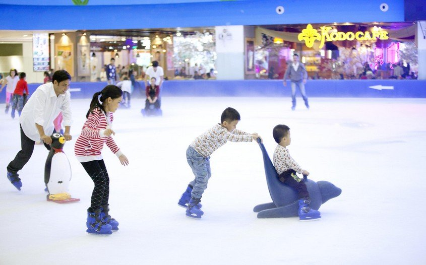 Ice skating landmark 81 - best kid-friendly activities in Vietnam